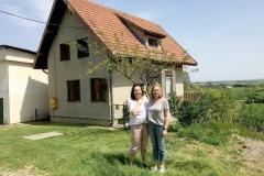 Ploschitz 2018: Heike Krüger (links) und Susanne Rathke stehen vor dem Haus in Ploschitz, andessen Stelle das Geburtshaus ihrer Mutter Teresia Rathke, geborene Speichert, stand.