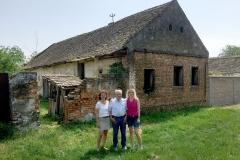 Ploschitz 2018: Marion Novak (von links), Andreas Novak, Susanne Finke (geborene Novak), stehen vor dem Elternhaus von Andreas Novak.